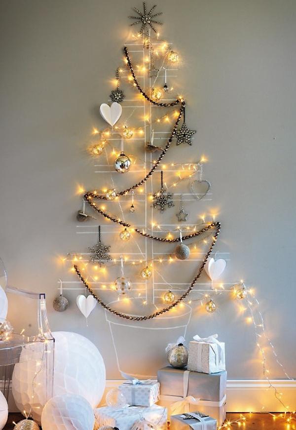 árvore de natal com pisca pisca pendurado na parede